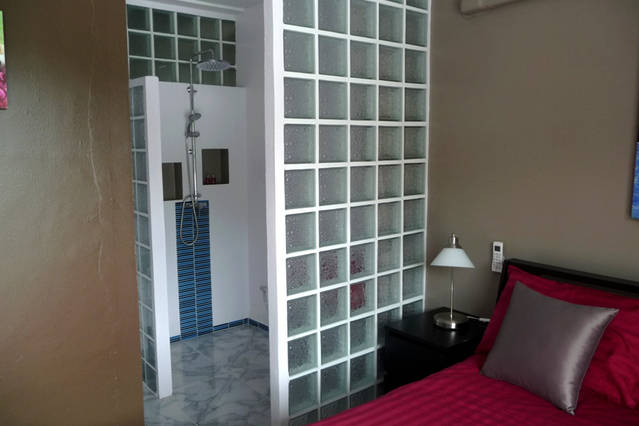 for rent studio apartment Eden his bathroom and toilet with extendable curtains